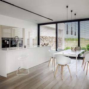 Podstawową zaletą kuchni w stylu minimalistycznym jest to, że łatwo w niej utrzymać porządek. Pomagają w tym także lakierowane powierzchnie, które szybko można umyć. Kuchnia Z7. Fot. Zajc Kuchnie