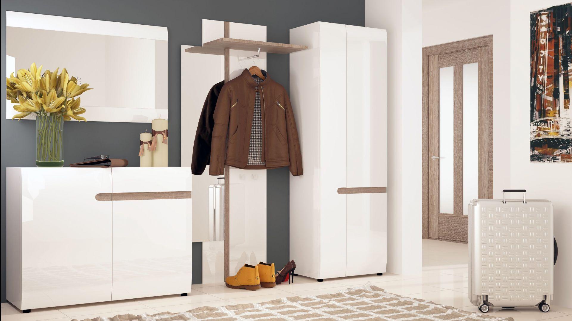 Biel optycznie powiększa przedpokój, a przestronne szafki tego systemu dają wiele miejsca do przechowywania. Fot. Meble Wójcik