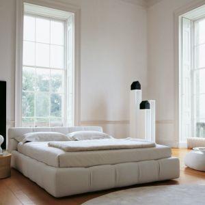 """Nietypowe i bardzo eleganckie łóżko """"Tufty"""" ma miękkie poszycie i niewysoki zagłówek, który doskonale podpiera głowę podczas wieczornego czytania książki przed snem. Fot. B&B Italia"""