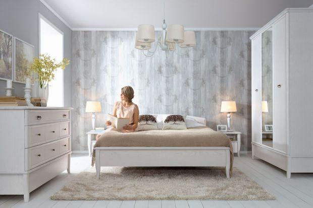 Stylowe meble świetnie prezentują się we wnętrzu sypialni. Sprawiają, że pokój sypialniany zyskuje elegancki wygląd oraz ciepły i nastrojowy klimat.