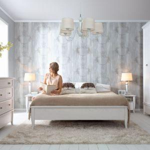 Kolekcja Orland utrzymana jest w klimacie staropolskiego dworku. Jeśli więc sypialnia ma być w królewskim stylu, to ta kolekcja będzie doskonałym wyborem. Cena łóżka: 1499 zł. Fot. Black Red White.