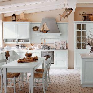 Klasyczna kuchnia w błękitnym, pastelowym kolorze będzie wyglądać obłędnie. Wniesie to wnętrza domu świeżość i lekko romantyczny styl. Fot. Veneta Cucine