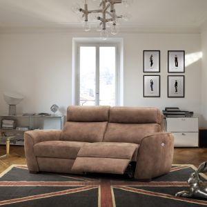Sofa Miga ma regulowane podnóżki, które po rozłożeniu sprawiają, że przypomina ona leżankę. Fot. Poldem