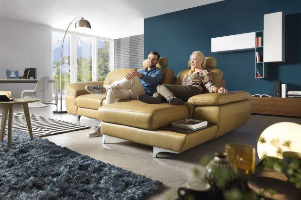 Sofa z podręcznym stolikiem - wybierz rozwiązanie dwa w jednym!