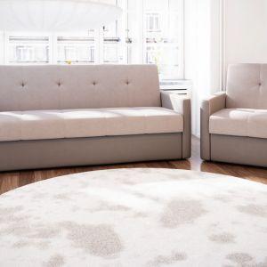 """Wersalka """"Rodos"""" wyróżnia się ciekawymi przeszyciami na oparciu. W zestawie dostępne są także fotele. Fot. Exlne"""