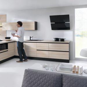 Nowoczesne kuchnie połączone z czarnymi elementami, jak AGD prezentują się bardzo stylowo. Fot. BRW
