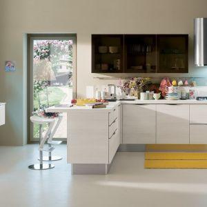Barek nie tylko funkcjonalnie i ciekawie oddziela strefę dzienną od kuchni, ale też służy jako podręczny stolik do spożywania posiłków czy też dodatkowa powierzchnia robocza. Fot. Veneta Cucine
