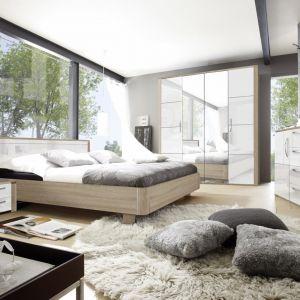 Sypialnia Senso dedykowana jest miłośnikom nowoczesnego wzornictwa. Ciepła barwa mebli z powodzeniem rozjaśni każde mieszkanie, natomiast lustrzany efekt frontów nada pomieszczeniu lekkości. Fot. Helvetia Wieruszów
