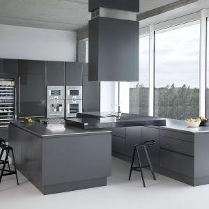 Szarości doskonale prezentują się w minimalistycznej kuchni bez chwytów. Fot. Zajc Kuchnie
