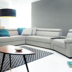 Sofa Zoom jest duża i wygodna, przez co idealnie nadaje się jako mebel dla dużej rodziny. Fot. Etap Sofa
