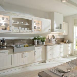 Jednorzędowa zabudowa w klasycznym stylu będzie pięknie rozjaśniała wnętrze, jeśli otworzymy ją na salon. Fot. Brigitte Kuchen