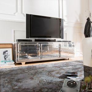 Stolik RTV Lowboard wyróżnia się lustrzaną optyką frontów. Świetnie nadaje się do małego salonu - lustrzana powierzchnia sprawia, że pokój wydaje się większy. Fot. Delife