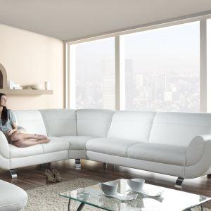 Biała sofa Lexus nawiązuje do klasyki we współczesnym wydaniu. Fot. Bydgoskie Meble