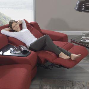 Sofy z funkcją relaksu mogą zastąpić dodatkowy fotel w salonie. Dzięki temu zaoszczędzimy miejsce, a podczas oglądania telewizji będziemy mogli się wygodnie rozsiąść. Fot. Ada