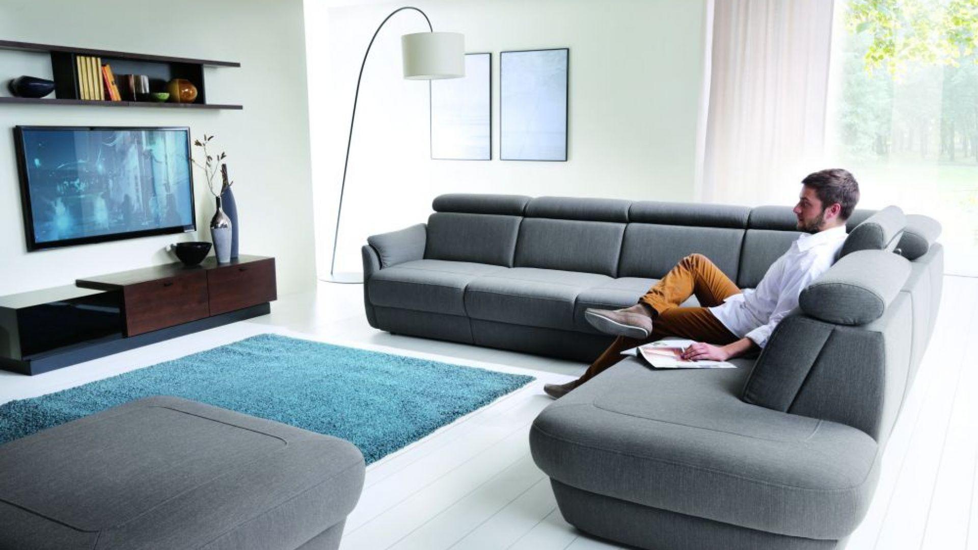 Narożnik Amethyst marki Bydgoskie Meble zapewnia wiele miejsca do siedzenia. Dzięki głębokim siedziskom można na nim doskonale wypocząć. Fot. Bydgoskie Meble