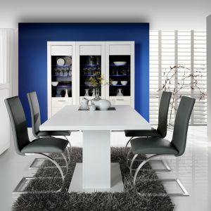 Jadalnia Snow marki Forte to kolekcja nowoczesna, niemalże ascetyczna. Świetnie wygląda przełamana kontrastującym kolorem, na przykład na krzesłach. Fot. Meble Forte