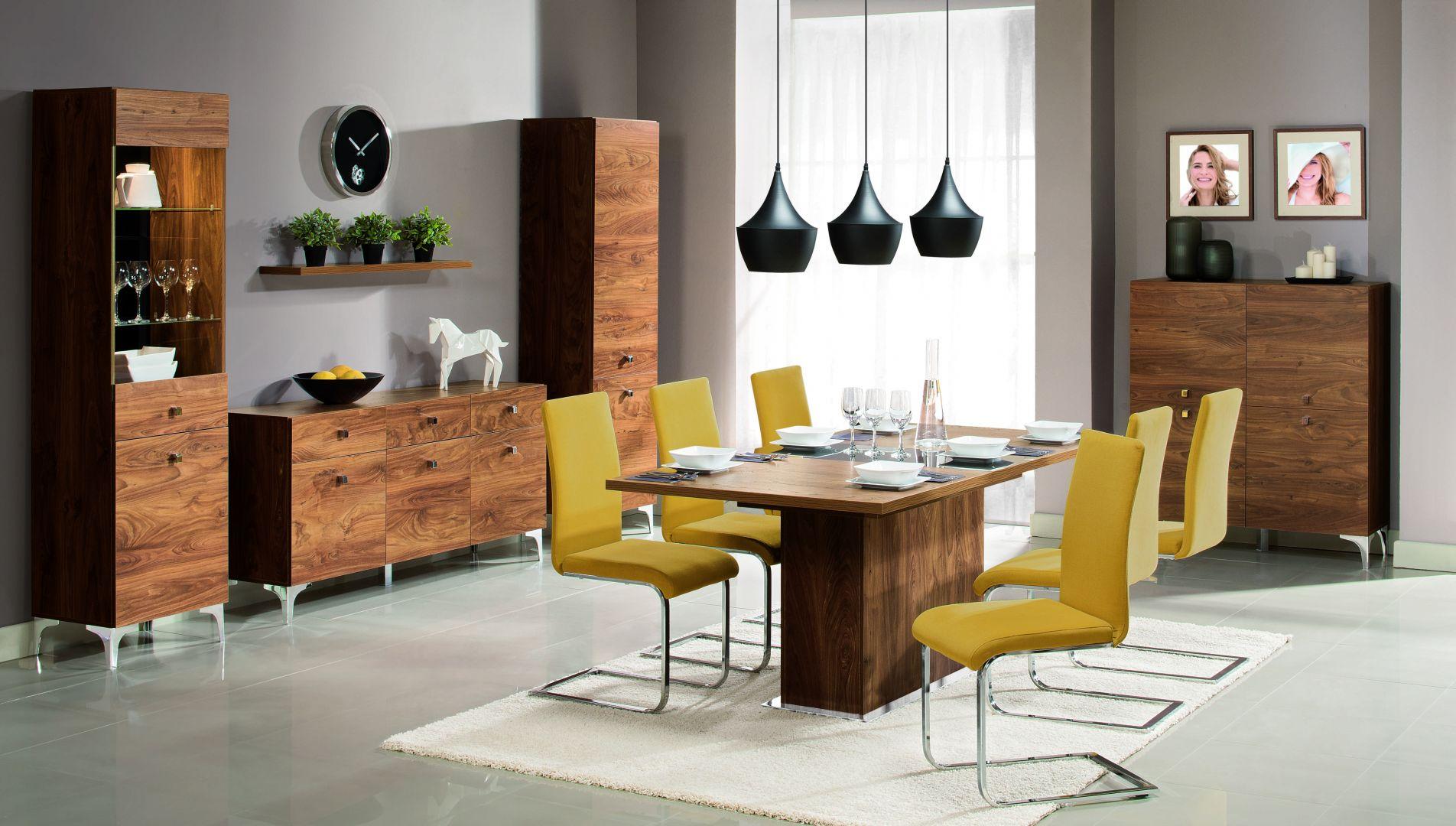 Jadalnia Siena. Rozkładany stół wykonany z płyty do złudzenia przypominającej naturalne drewno z wstawką na wysoki połysk w czarnym lub szampańskim kolorze idealnie wpisuje się zdaniem redakcji w nowoczesne wnętrza. Fot. Wajnert