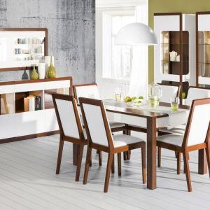 Jadalnia Malta rozświetli każde pomieszczenie. Aby ocieplić nieco kolekcję, producent zastosował drewniane listwy, które okalają krzesła oraz bryły mebli. Fot. Szynaka Meble