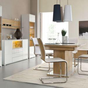 Jadalnia Bianco marki Paged Meble prezentuje ciekawy stół na grubej nodze z laminowanym, białym blatem. Krzesła w bieli na wygiętych płozach stworzą z nim doskonałą parę. Fot. Paged.