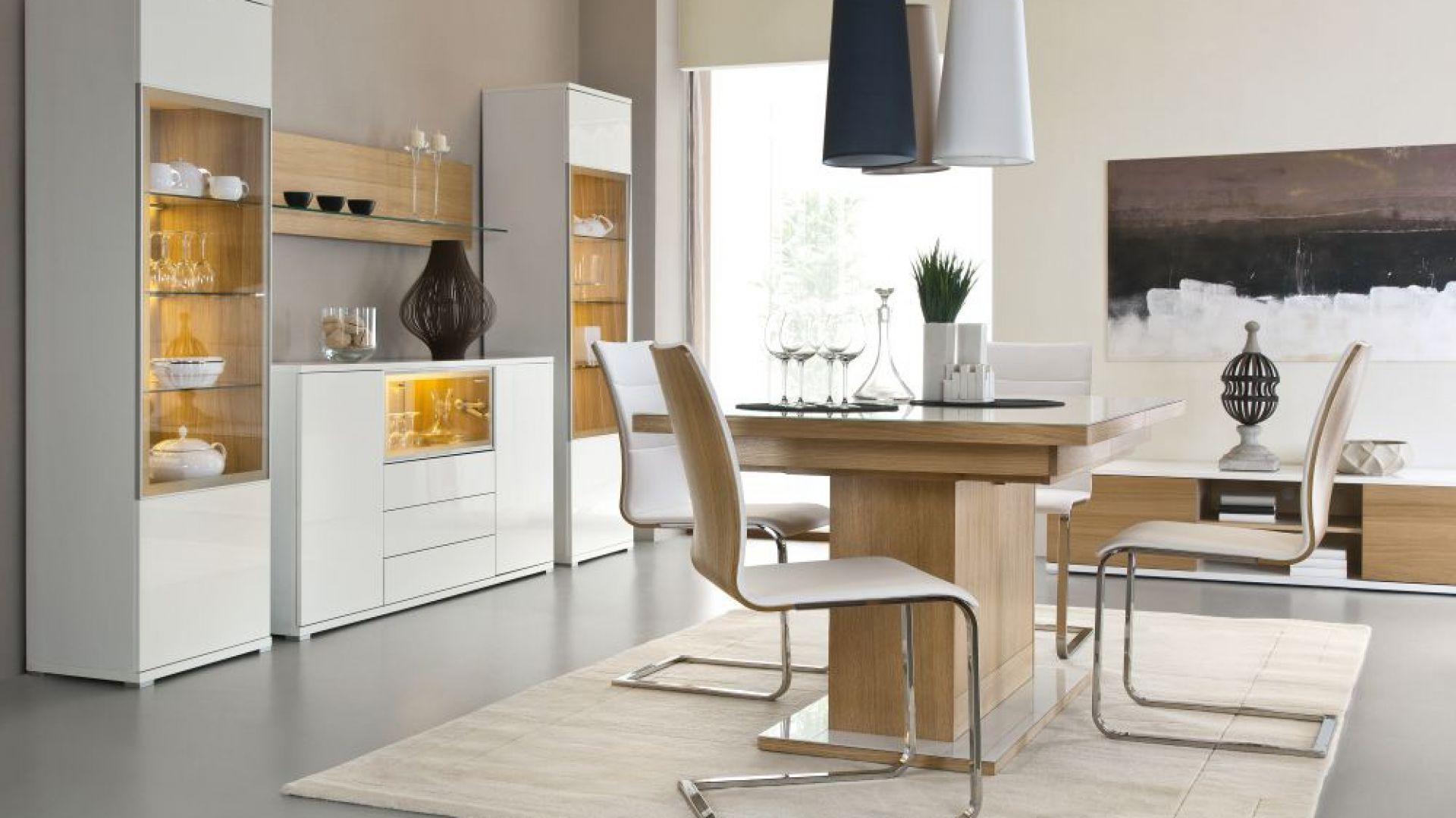 Jadalnia Bianco marki Paged Meble to modne bryły w białym kolorze, których chłód przełamuje ciepła barwa oświetlenia. Fot. Paged Meble