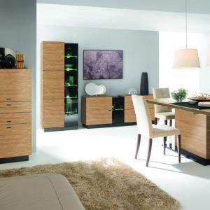 Jadalnia Quartz marki Bydgoskie Meble zachwyca pięknem naturalnego drewna i nowoczesnych detali. Elementem zasługującym na uwagę jest stół z dekoracyjną nogą. Fot. Bydgoskie Meble.