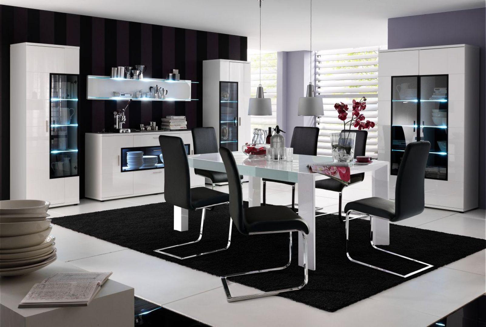 Jadalnia Corano marki Bydgoskie Meble to z pewnością bardzo nowoczesne spojrzenie na wnętrze. Do białego stołu dopasowano krzesła na metalowych płozach i w kontrastującym, czarnym obiciu. Cena stołu: około 2679 zł. Fot. Bydgoskie Meble
