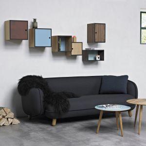 Maleńkie drewniane nóżki wyłaniające się spod masywnego siedziska sofy dają wrażenie mebla lekko dziecinnego, jednak wygoda i jakość wykonania są na najwyższym poziomie. Fot. NDS