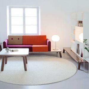 Sofa Couture to minimalistyczny design, który zachwyca funkcjonalnością. Półka kompatybilna z siedziskiem może być alternatywą dla stolika kawowego. Sofa ujmuje także wspaniałym zostawieniem kolorów tapicerki. Fot. Materia