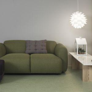 Sofa Swell ma opływowe, nieco pulchne kształty dzięki czemu zapewnia maksymalną wygodę. Fot. Normann Copenhagen