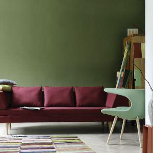 Sofa Mirage łączy w sobie minimalistyczną formę i wyjątkową wygodę. Ciekawym elementem jest cienkie siedzisko, które zostało wsunięte w podłokietnik. Miękkie poduszki oparciowe zapewniają doskonały komfort. Fot. Stouby