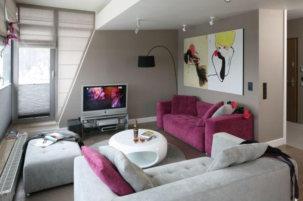 Sofa w żywym, nasyconym kolorze będzie mocnym akcentem we wnętrzu. Warto więc zwrócić uwagę na pozostałe elementy pomieszczenia - lepiej, by były w miarę stonowane i stanowiły odpowiednie tło dla kolorowego mebla wypoczynkowego.