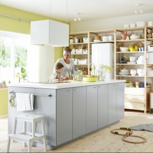 Jeśli na wyspie znajdują się strefy robocze, zabudowa pod ścianą może być nietypowa, np. w formie ciągu półek. Na zdjęciu kuchnia Metod. Fot. IKEA