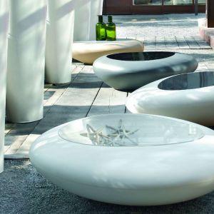 Stoliki Kos marki Kler mają organiczną formę, przypominają kamienie znalezione na plaży. Pod szklanym blatem znajduje się malutki schowek. Fot. Kler