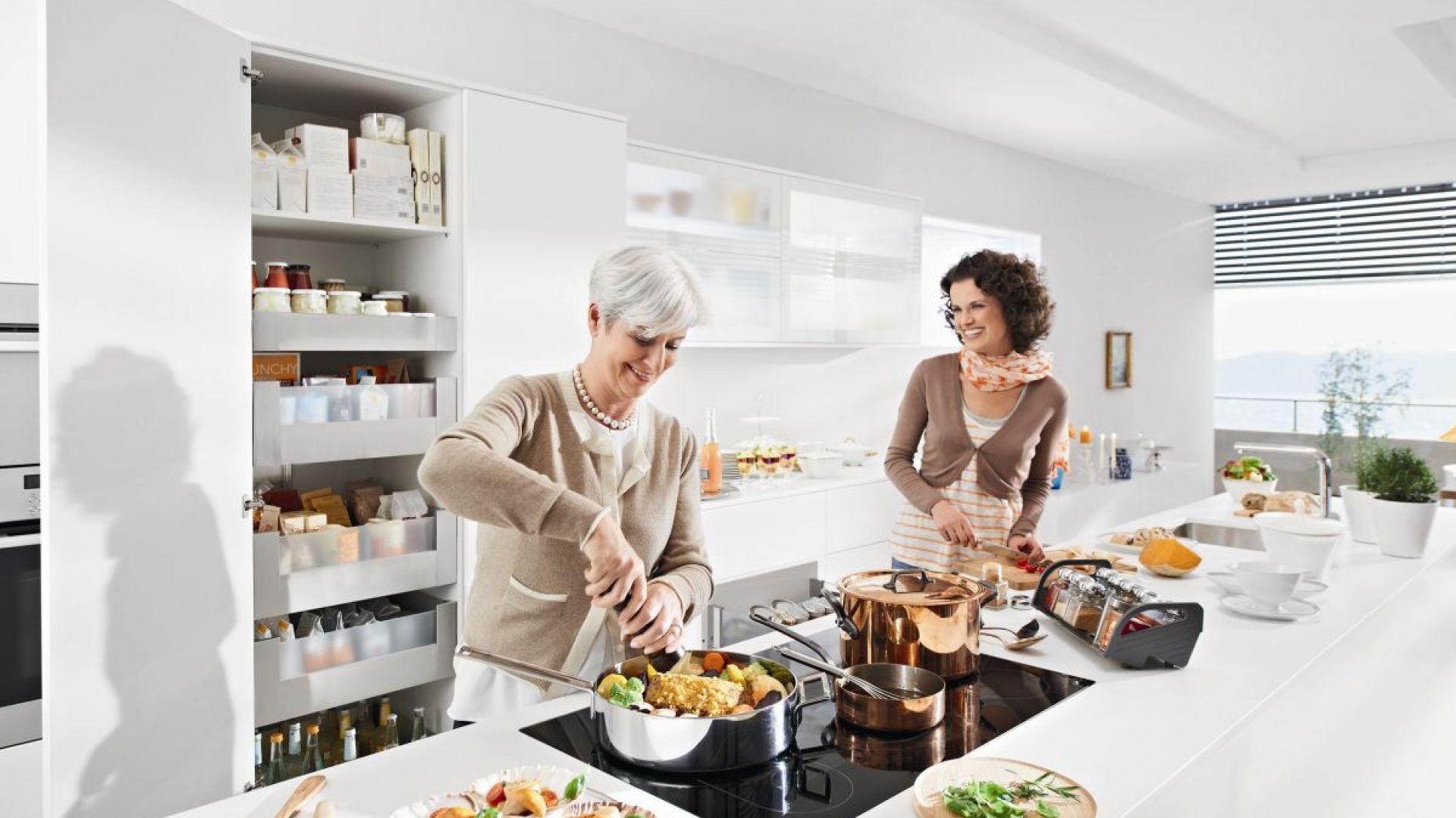 Wysoka zabudowa z szufladami to świetne miejsce na przechowywanie całej suchej żywności w jednym miejscu. Fot. Blum