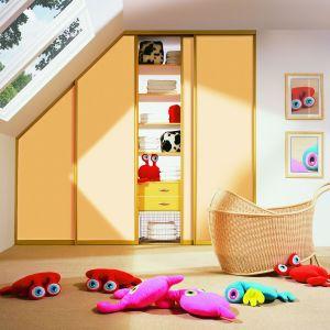 W pokoju dziecka świetnie sprawdzi się pojemna szafa pod zabudowę. Można ją np. umieścić pod skosami. Fot. Komandor