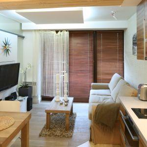 Małe pokoje dzienne warto otwierać na kuchnię. Dzięki mniejszej ilości ścian zyskamy więcej swobodnej przestrzeni. Projekt Łukasz Sabat. Fot. Bartosz Jarosz