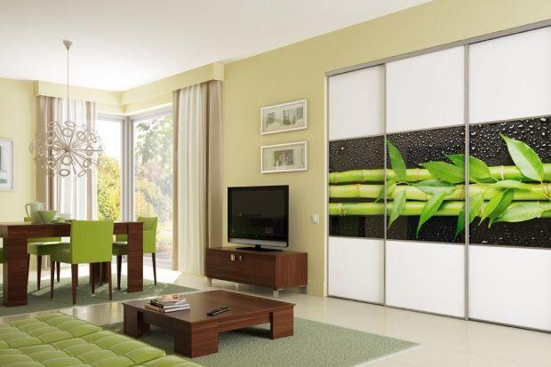 Systemy przesuwne wykorzystywane są nie tylko jako drzwi garderób. Zabudowuje się nimi szafy, wnęki czy rozgradza pomieszczenia. Rodzaj zabudowy i jego wypełnienie przybiera zaskakujące formy...