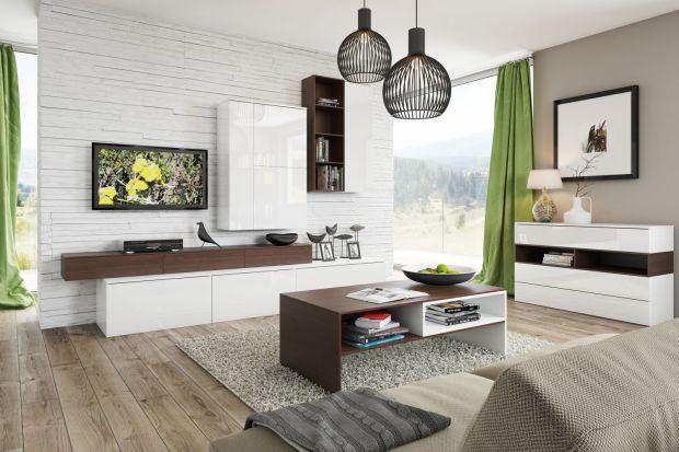 Meble w salonie. 15 białych propozycji ocieplonych drewnem