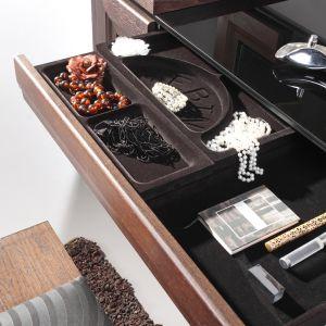 Toaletka w szufladą na biżuterię i kosmetyki to praktyczny mebel dla kobiety. Najlepiej postawić do w sypialni. Na zdjęciu mebel Corino w kolorze dąb orzech. Fot. Mebin