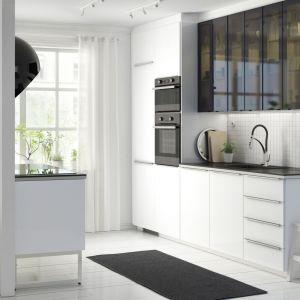 W małej kuchni doskonale sprawdzają się jasne kolory i czerń w formie przeszkleń. Fot. IKEA
