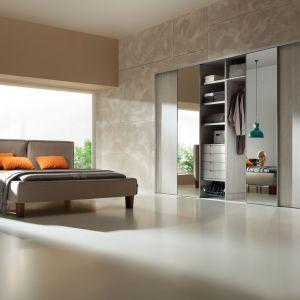 W sypialni warto zastosować na drzwiach przesuwnych lustra. Dzięki temu będzie można przejrzeć się w nim od razu po nałożeniu ubrania. Fot. Komandor