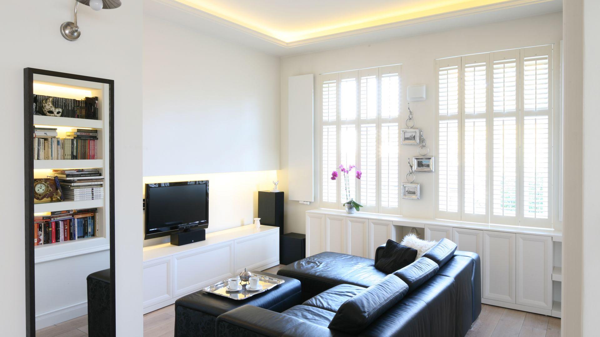 W małym salonie warto zastosować sprytne optyczne triki. Oświetlenie i lustro może powiększyć mały pokój nawet dwukrotnie! Projekt: Małgorzata Galewska Fot. Bartosz Jarosz