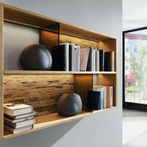 Nieduża, wisząca półka na książki to dobre rozwiązanie do sypialni. Fot. Kler