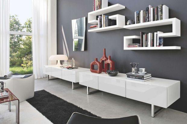 Nie masz pomysłu na ścianę w sypialni bądź salonie? Półka na książki o ciekawym kształcie to świetny sposób na jej aranżację.