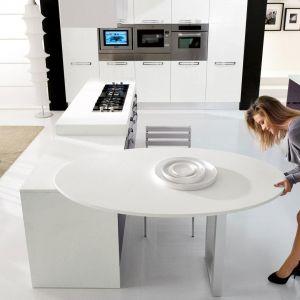 Kolorowa kuchnia kształtem zbliżona do kwadratu, w wersji z ażurowym stolikiem. Jest bardzo funkcjonalna ponieważ ustawienie stolika można regulować. Fot. Lube Cucine