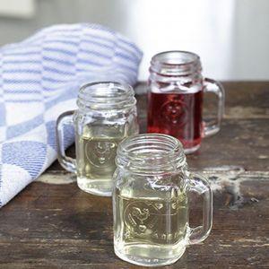 Szklane kubki przypominające słoiki to oryginalny sposób do serwowania alkoholowych i bezalkoholowych napojów. Świetny pomysł na prezent także dla kobiety, która lubi pięknie podane koktajle owocowe. Fot. The Gift Oasis