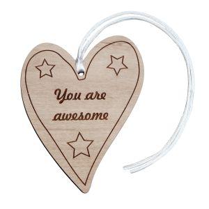 """Pozytywny, drewniany wisiorek w kształcie serca z napisem """"Jesteś Wyjątkowa"""" - wyjątkowy prezent da wyjątkowej osoby. Fot. Dirt By Earth"""