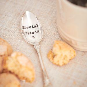 Jeśli chcecie sprawić komuś bardzo indywidualny prezent, łyżeczka do herbaty z grawerem to ciekawa opcja. Fot. La de da! Living