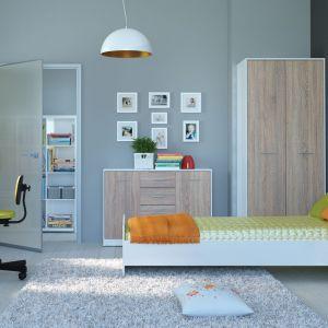 Jeśli chcesz, aby pokój nastolatka był przytulnym miejscem wybierz meble, które łączą w sobie biel i drewno. Na zdjęciu kolekcja Nepo. Fot. Black Red White