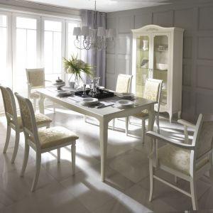 Stół z kolekcji Anna Maria idealnie wkomponuje się w klasyczne wnętrza o romantycznej stylistyce. Fot. Bydgoskie Meble